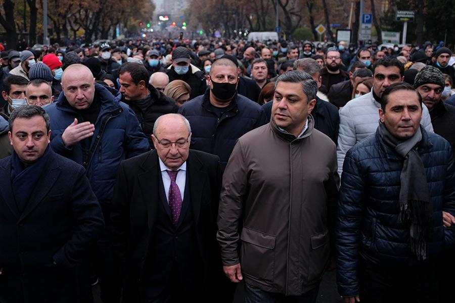 Вазген Манукян (в центре) во время митинга оппозиции
