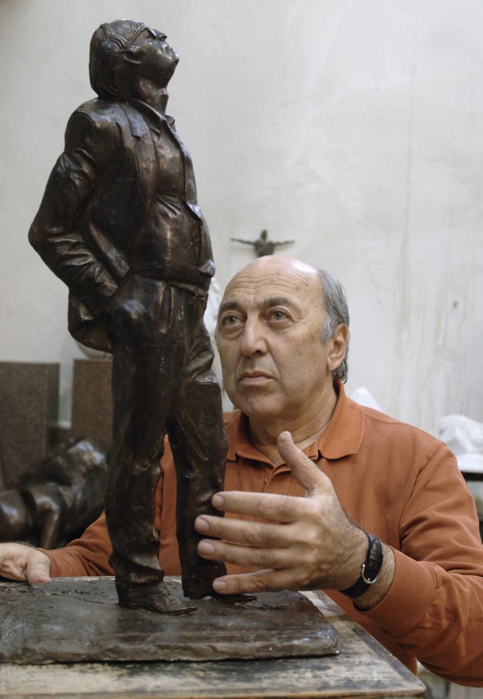 Георгий Франгулян с макетом памятника поэту Иосифу Бродскому в мастерской