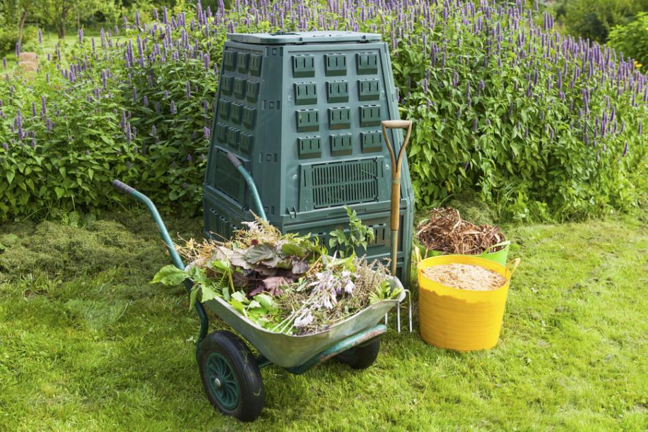 Для переработки за лето в компосте пищевых отходов семьи из трех человек хватит контейнера объемом 400–500 литров