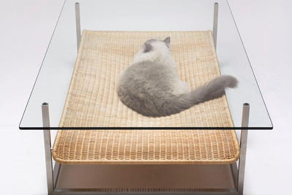 Лежанка для кошки под столом
