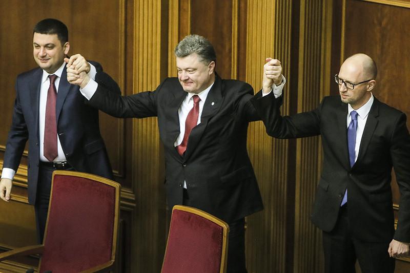 Спикер Верховной рады Владимир Гройсман, президент Украины Петр Порошенко и премьер-министр Украины Арсений Яценюк (слева направо на втором плане)