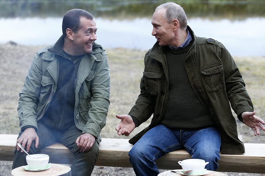 Владимир Путин и Дмитрий Медведев на берегу озера Ильмень. 10 сентября 2016 года