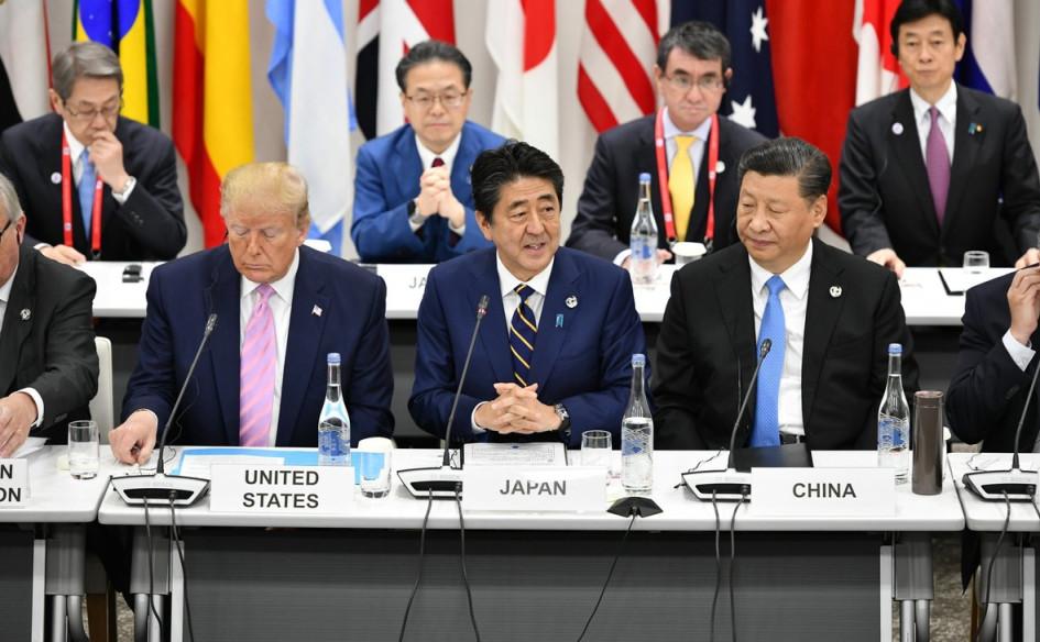 Слева направо: президент США Дональд Трамп, премьер-министр Японии Синдзо Абэ, председатель КНР Си Цзиньпин. Встреча «Большой двадцатки». Япония, Осака