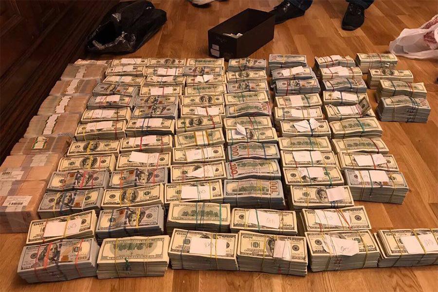 «Вот так выглядит3,8 миллиона долларов наличкой»— пишет Аваков