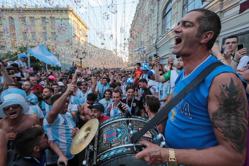 Болельщики на Никольской улице во время чемпионата мира по футболу — 2018