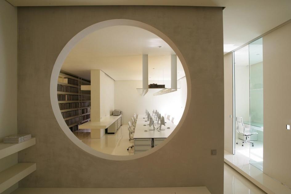 «Проверка временем»: офис архитектурного бюро UNK Project—триумф белого. В этом цвете представлены не только стены и пол, но и вся мебель