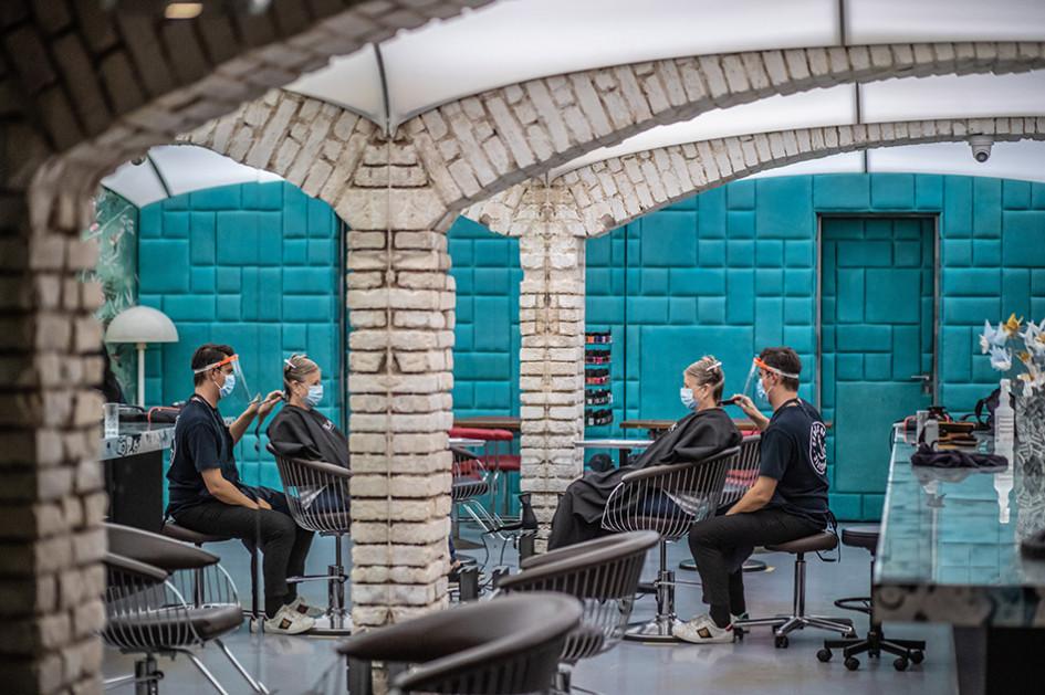 В Праге возобновили работу парикмахерские после ослабления карантина, введенного из-за коронавируса COVID-19