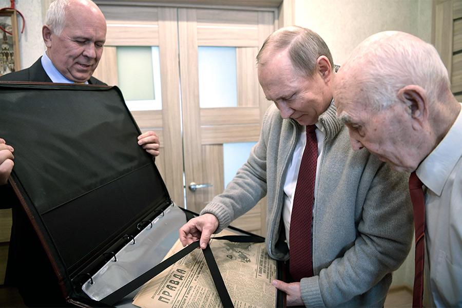 Владимир Путин иСергей Чемезов (слева) вовремя встречи сЛазарем Матвеевым (справа) вЖулебино