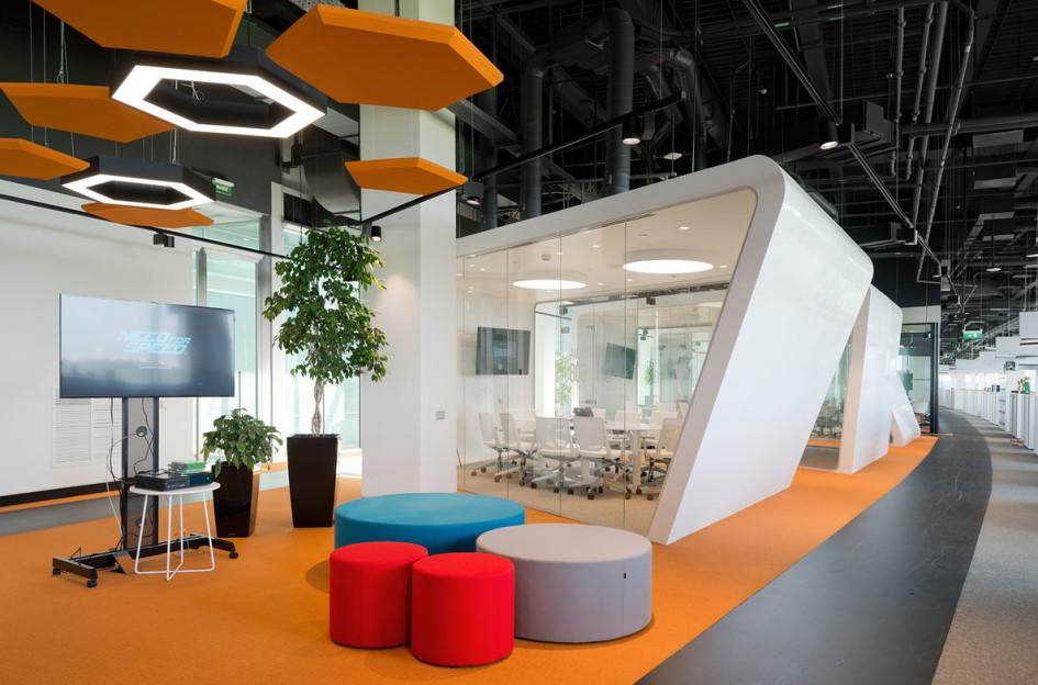 «Лучший офис более 10 тыс. кв. м»: в интерьереофиса компании аdidas использованы фирменные цвета и логотип