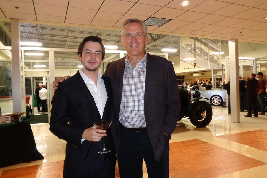 Александр (Алекс)Вексельберг (слева) вместе с Родом Бушером (справа), дилером авторынка в Колорадо, в своем автосалоне Bentley of Denver. Денвер, 2015 год