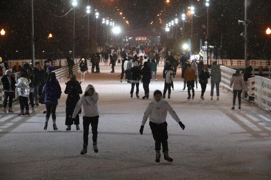 Отдыхающие в день открытия катка в Парке Горького