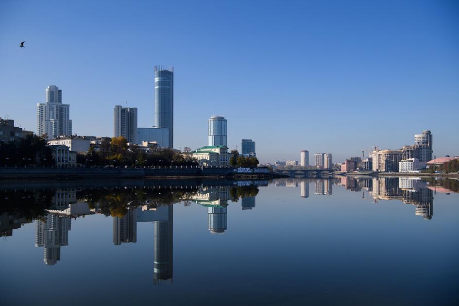 Вид на городской пруд, деловой центр «Екатеринбург-Сити» и Театр драмы