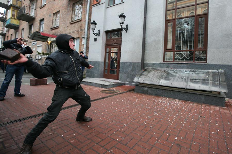 Радикалы громят здание Россотрудничества в Киеве