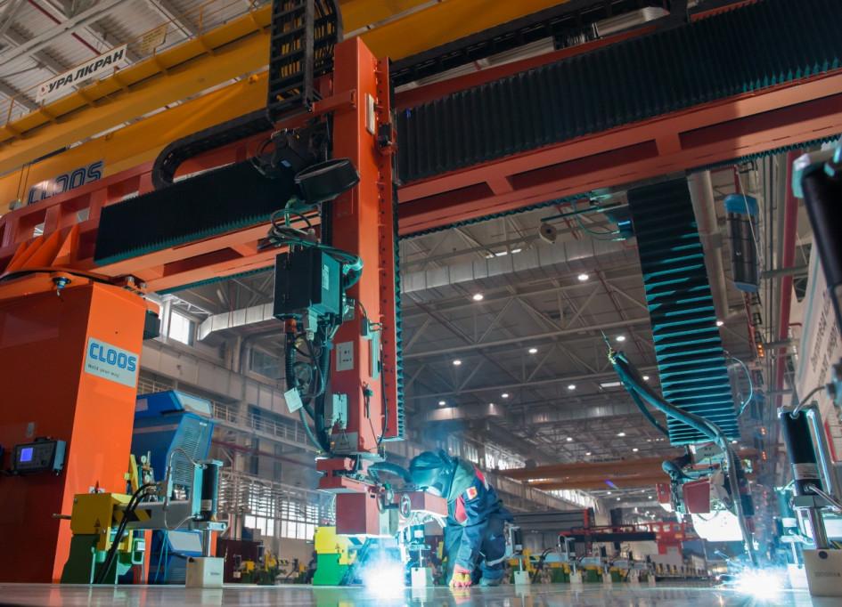 Передовые технологии, используемые для производства электровозов, приходится вписывать в цех, построенный еще в 20 веке. Площадка для «Ласточек» строилась сразу с прицелом на высокие технологии