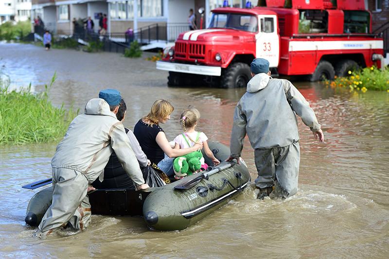 Сотрудники МЧС оказывают помощь жителям подтопленного дома