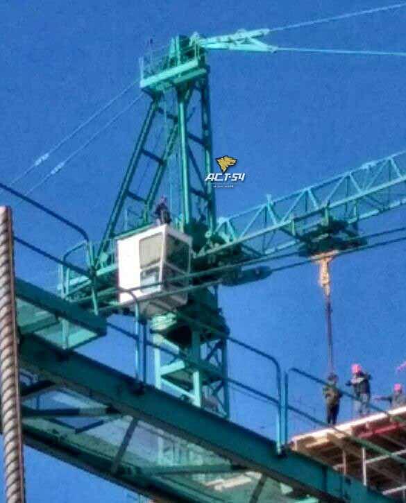 Строитель добивается выплаты зарплаты, обещая спрыгнуть с башенного крана