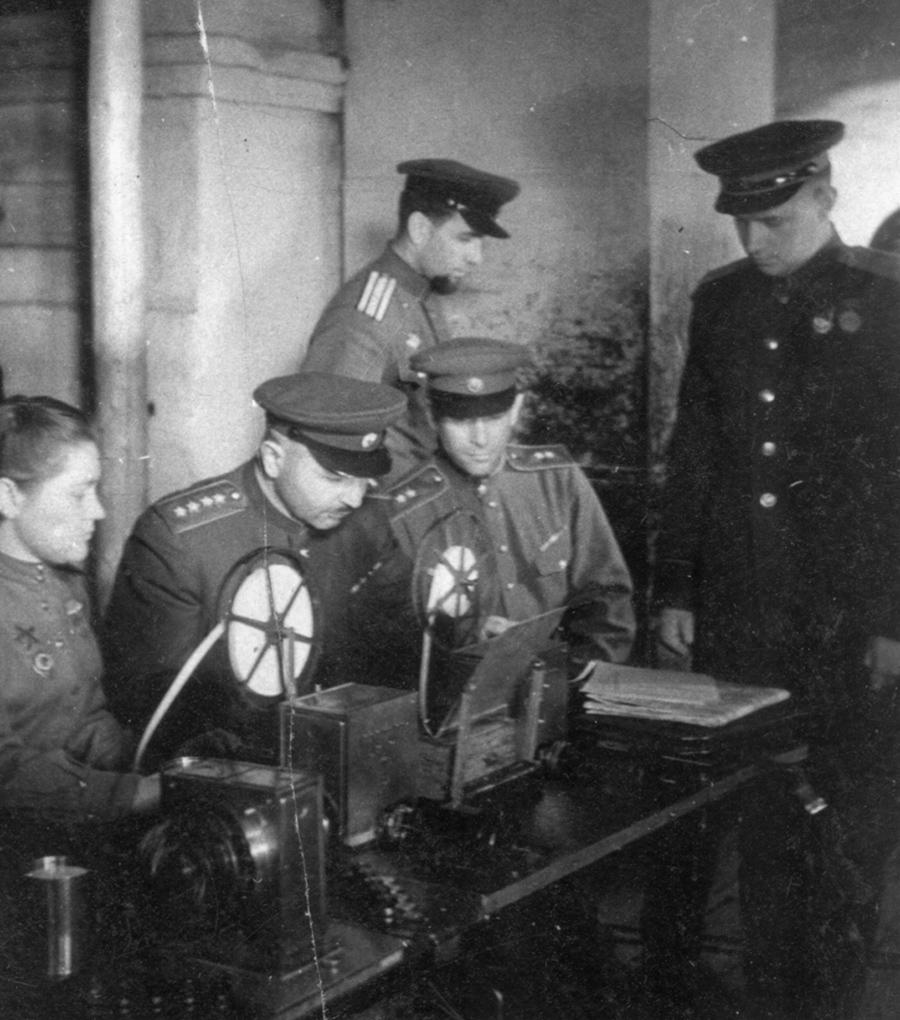 Генерал армии Иван Баграмян (второй слева) в штабе фронта у телетайпа. 1944 год