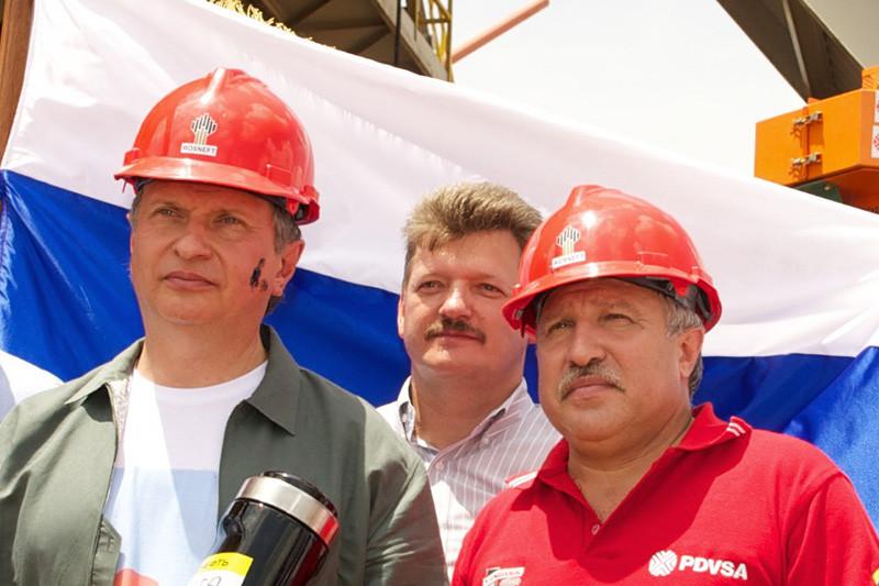После президентских выборов 2012 года Худайнатов уступил пост президента «Роснефти» Игорю Сечину, вскоре покинул компанию иосновал Независимую нефтегазовую компанию (ННК). Когда Худайнатов уходил из«Роснефти», Сечин назвал его другом. Главный актив ННК—компания «Альянс», выкупленная у Мусы Бажаева в2014 году. По разным оценкам, сумма сделки составила от$2,4 млрд до$3,5 млрд. На фото: Худайнатов (справа) иСечин, сентябрь 2012 года