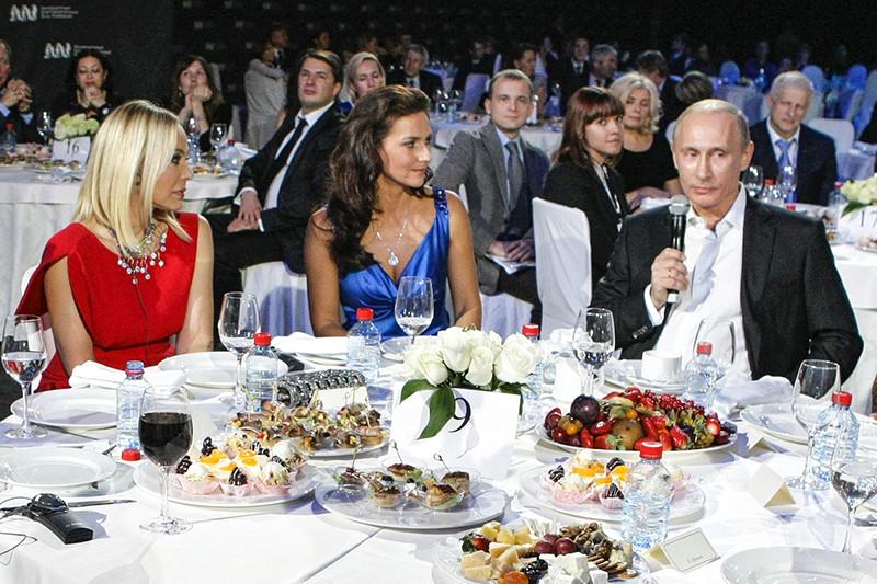 Актриса Орнелла Мути (слева)  на благотворительном ужине в Санкт-Петербурге с участием Владимира Путина