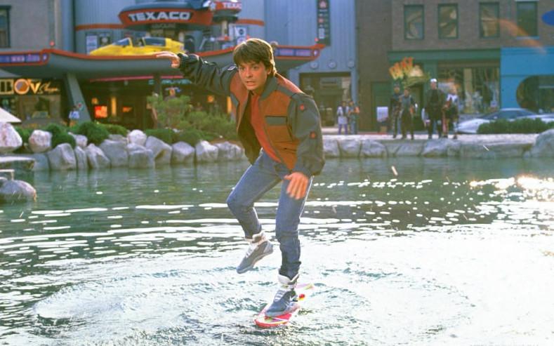 Кадр из к/ф «Назад в будущее-2» (1989г.), где герой Марти Макфлай попадает в 2015 год