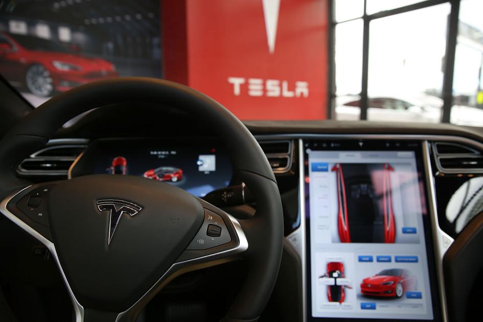 Вид автомобиля Tesla изнутри в выставочном зале и сервисном центре Tesla в Ред-Хуке. 5 июля 2016 года, Нью-Йорк