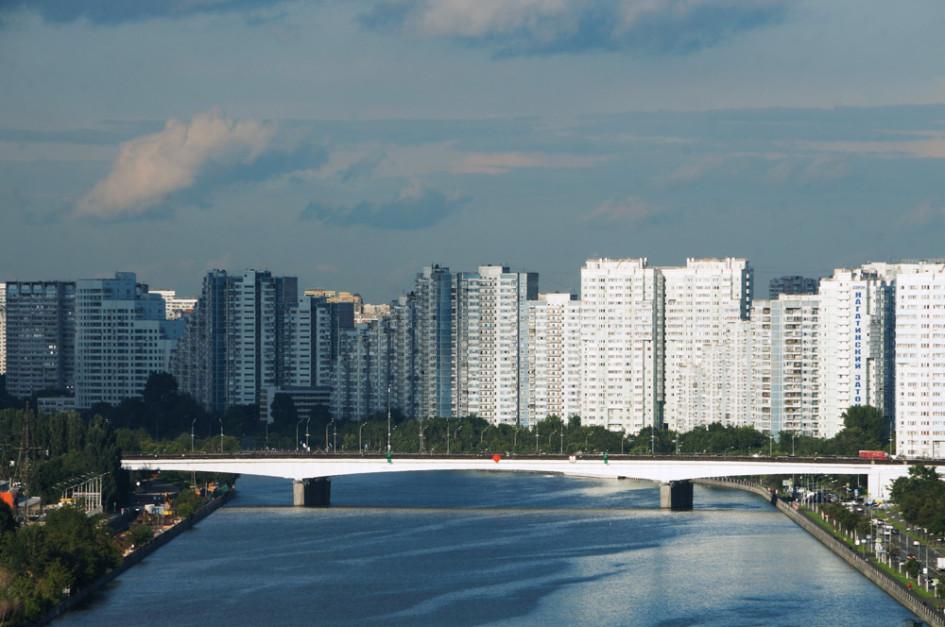 Многоэтажные дома в районе Нагатинский Затон и метромост через Москву-реку