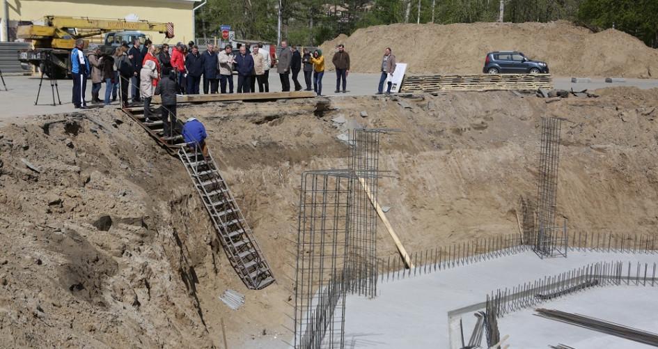 Залито 154 кубометра армированного железобетона. В ближайших планах— возведение четырехметровой стены