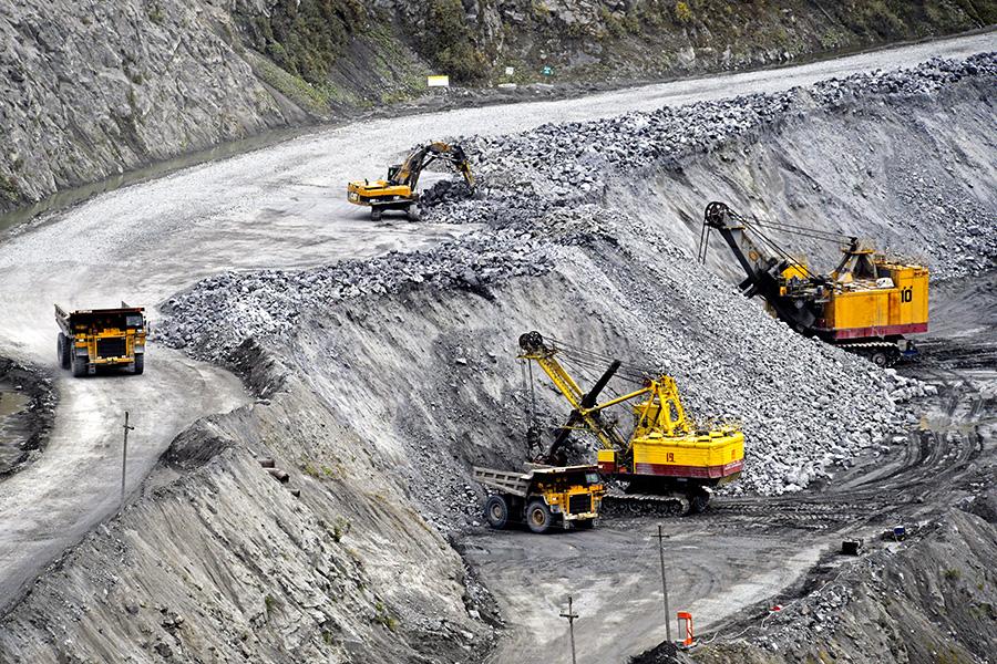 Работа карьерных самосвалов и экскаваторов в карьере рудника «Железный» КовдорскогоГОКа