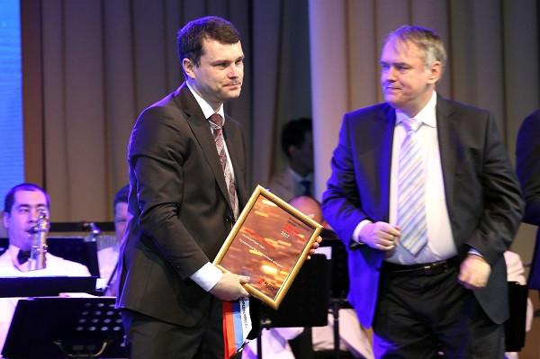 Директор областного департамента инвестполитикиЛеонид Остроумов дважды выходил на сцену за наградами