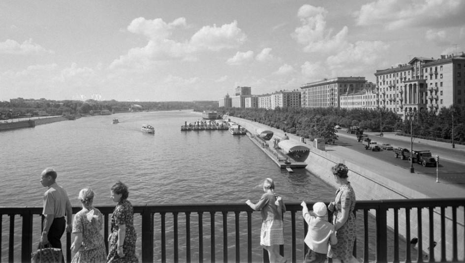 Фрунзенская набережная с Крымского моста