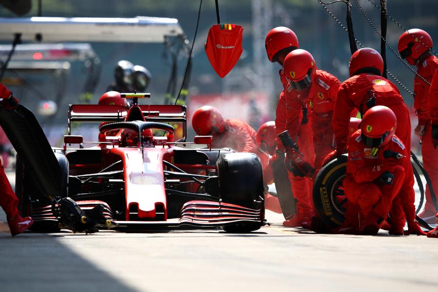 Шарль Леклер за рулем Scuderia Ferrari SF1000 во время Гран-при 70-летия Формулы 1в Сильверстоуне 9 августа 2020 года