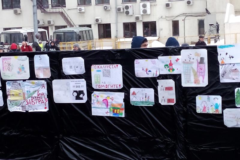 Выставка детских рисунков на митинге валютных заемщиков