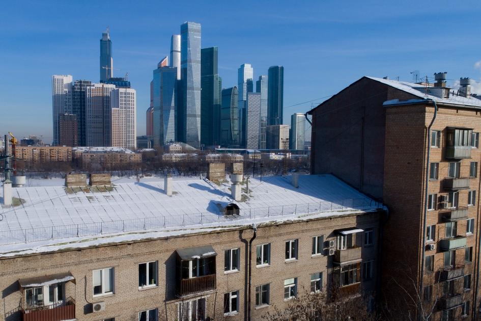 Вид на международный деловой центр «Москва-Сити» (справа на дальнем плане) и жилые дома в районе Филевский Парк