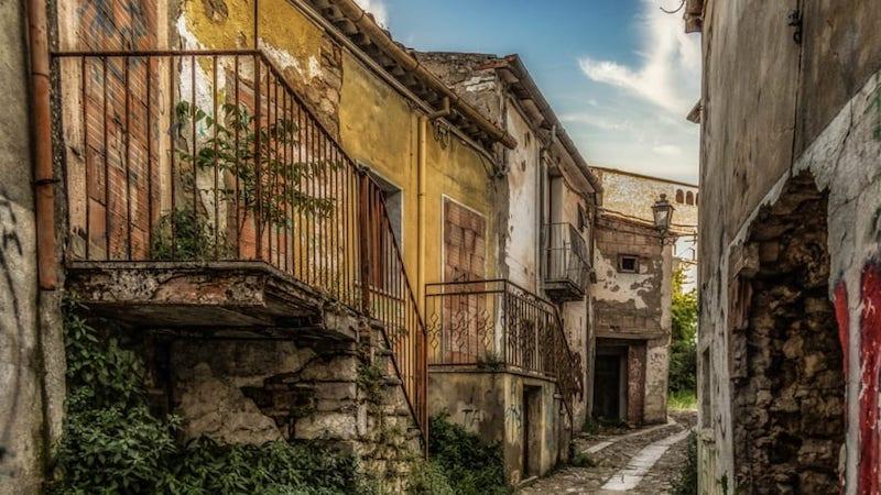 Как правило, дома за €1 являются неликвидом— продать такой дом даже после ремонтав глухой деревенькебудет крайне сложно