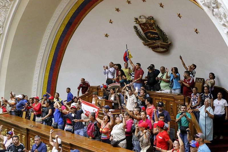 Cторонники Николаса Мадуро ввенесуэльском парламенте