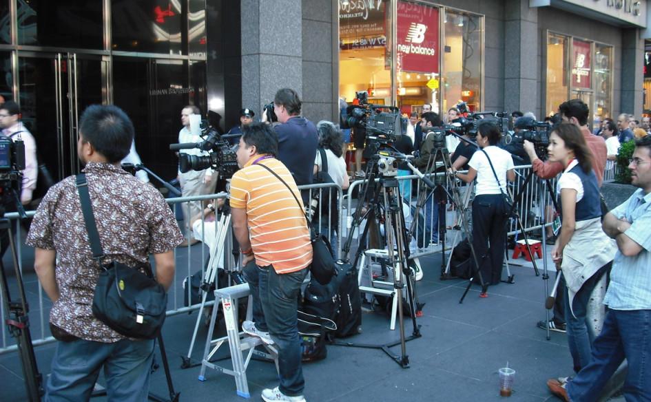 Фотографы и журналисты у входа в штаб-квартиру банка Lehman Brothers, объявившего о банкротстве. Оно стало одной из отправных точек мирового финансового кризиса 2008 года