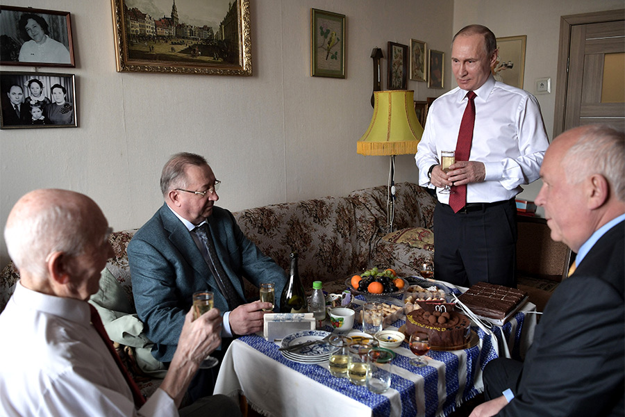 Владимир Путин иЛазарь Матвеев (слева) вовремя встречи вЖулебино