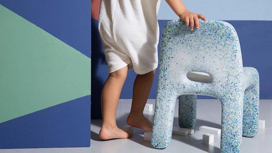 Детский стул из переработанных игрушек