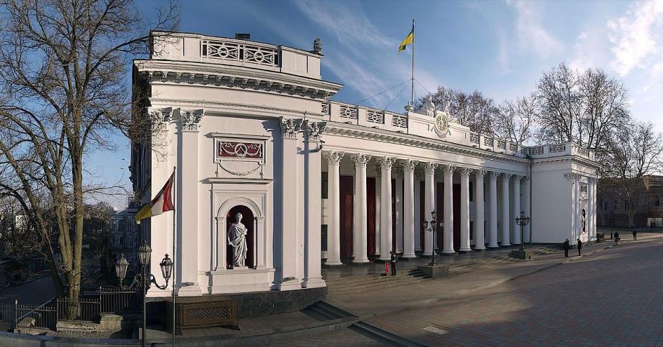 Через несколько десятилетий после Санкт-Петербурга биржи открылись в Архангельске и Одессе. На фото— первое здание Одесской биржи. Этот корпус построили в 1837 году. Вместе с биржей здесь располагался городской совет и другие учреждения. К концу XIX века одесским брокерам надоело делить помещение с местной администрацией, и маклеры решили построить другое здание. Разумеется, деньги на строительство они собрали с помощью биржевого инструмента— облигационного займа. Собрав 800 тыс. руб., брокеры возвели новую биржу. Сейчас в старом здании расположен городской совет, а в новом— Одесская филармония
