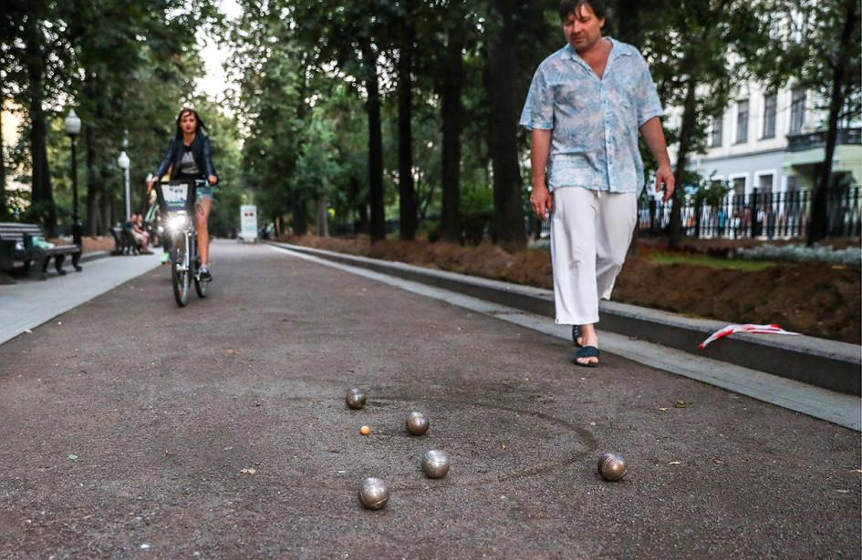 Жители столицы играют в петанк на Покровском бульваре
