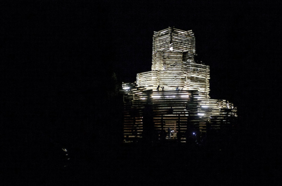 Вечером «Ленивый зиккурат» превращался в светящуюся башню