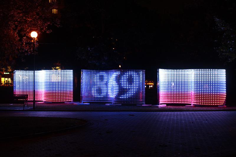 Число 869— именностолько лет отмечает вэтом году российская столица—представлено ввидесине-красных колец, символизирующих собой кольцевую схему построения Москвы