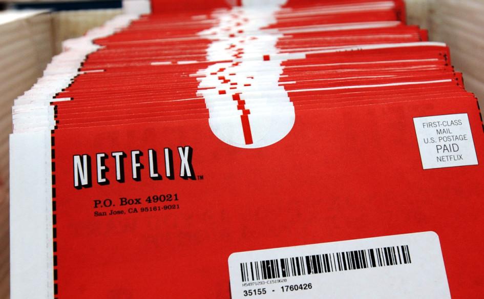 Почтовые конверты с DVD-дисками в штаб-квартире Netflix.com в Сан-Хосе, Калифорния, США, в 2002 году