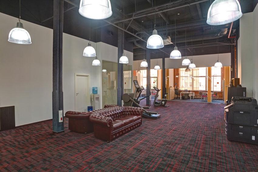 В офисе присутствуют просторные зоны open-space с комфортными рабочими местами