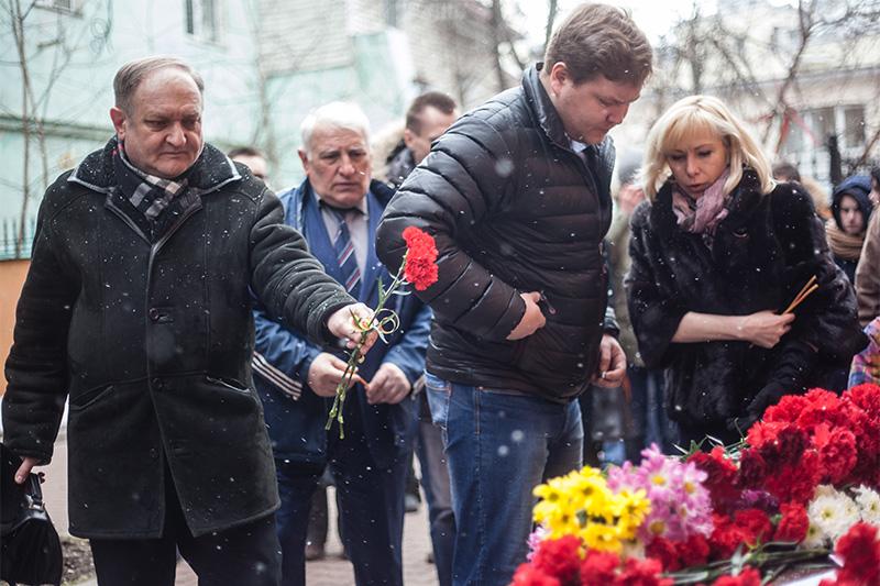 Жители Москвы приносят цветы к представительству правительства Ростовской области