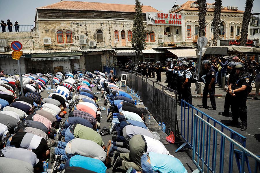 Палестинцы молятсяво время демонстрации в Вифлееме