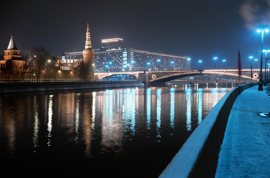 Вид на Кремль, гостиницу «Россия» и Большой Москворецкий мост. 1977 год