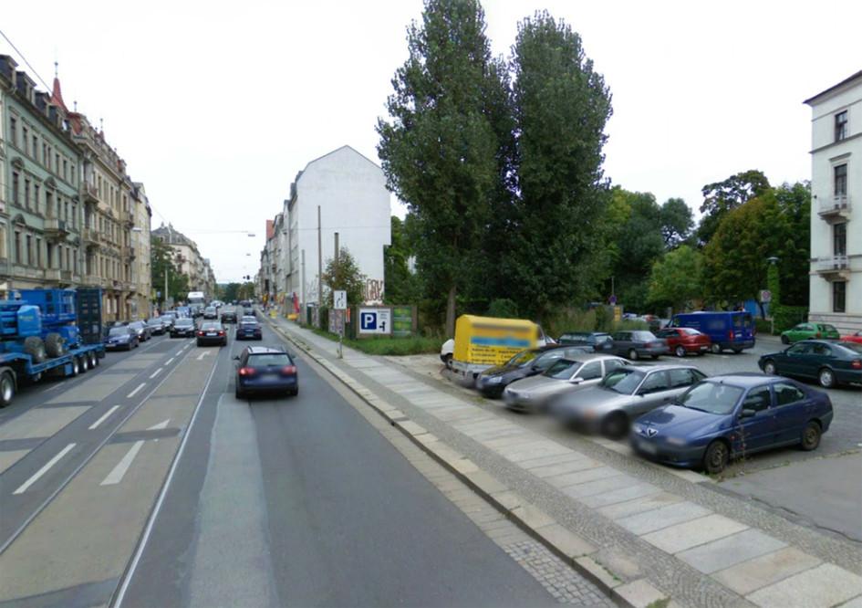Направление движения потока пешеходов вдоль пешеходного тротуара при помощи различных видов мощения