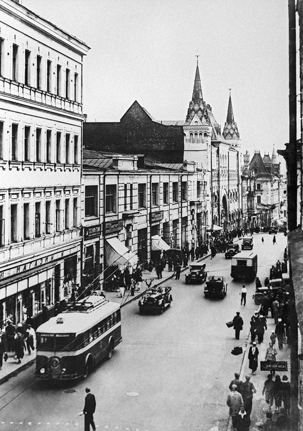 В соответствии сутвержденным в1936 году генеральным планом реконструкции МосквыТверская улица была расширена. На снимке: Тверская улица дореконструкции. На заднем плане—Саввинское подворье