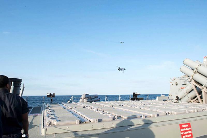Два штурмовика надракетным эсминцем США «Дональд Кук» вБалтийском море. 12 апреля 2016 года.